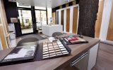 wiesbaden-showroom-innen-drin-tisch